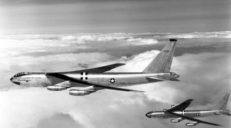Бульк Смешнее всего ядерное оружие теряли на флоте. В 1965 году с палубы авианосца «Тикондерога» случайно свалился штурмовик с водородной бомбой. Он моментально ушел на пятикилометровую глубину где, видимо, лежит и до сих пор.