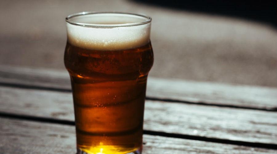 Алкоголь Алкоголь оказывает успокаивающее действие, которое помогает заснуть. Ненадолго. Ночью тело постепенно метаболизирует алкоголь, в результате чего вы получите выброс глюкозы в кровь и, как следствие, проснетесь. Забудьте о легендах о полезности красного вина перед сном, лучше заварите ромашкового чая.