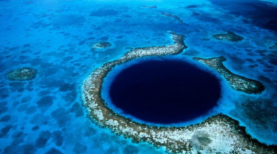 Что это такое Идеально круглую воронку, расположенную в Карибском море, вполне можно принять за двери в параллельный мир. 300 метров в диаметре и глубиной в 124 метра — кто знает, что скрывается на самом дне.