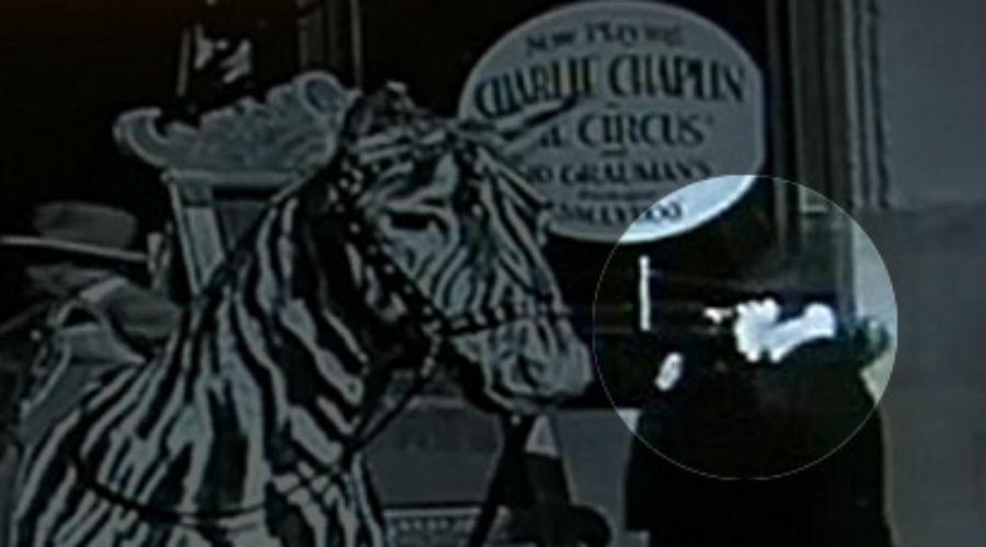 Чарли Чаплин с телефоном Режиссер Джордж Кларк отсматривал кадры старого фильма Чаплина «Цирк», как вдруг заметил на одном из них женщину, держащую у головы маленькое устройство. Сейчас мы бы сразу решили, что она говорит по мобильному телефону. Но фильм Чаплина был снят еще в 1928 году — откуда в то время вообще мог взяться смартфон?
