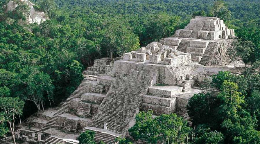 Карстовые воронки Юкатана На соседнем полуострове Юкатан аналогичных карстовых воронок очень много. Эти провалы в горных породах заполнялись дождевой и грунтовой пресной водой. Индейцы майя использовали их как колодцы, а заодно считали, что на дне таких провалов лежит путь в мир мертвых.