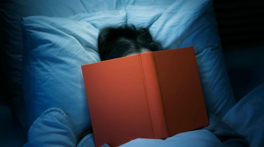 Гаджеты И, наконец, самое очевидное. Синий свет от экрана любимого гаджета гарантированно обеспечит вам бессонницу. Именно этот свет блокирует выработку мелатонина, гормона сна. Так что, выключайте все свои девайсы часа за два до отхода ко сну. Почитайте лучше книгу, уснете быстрее.