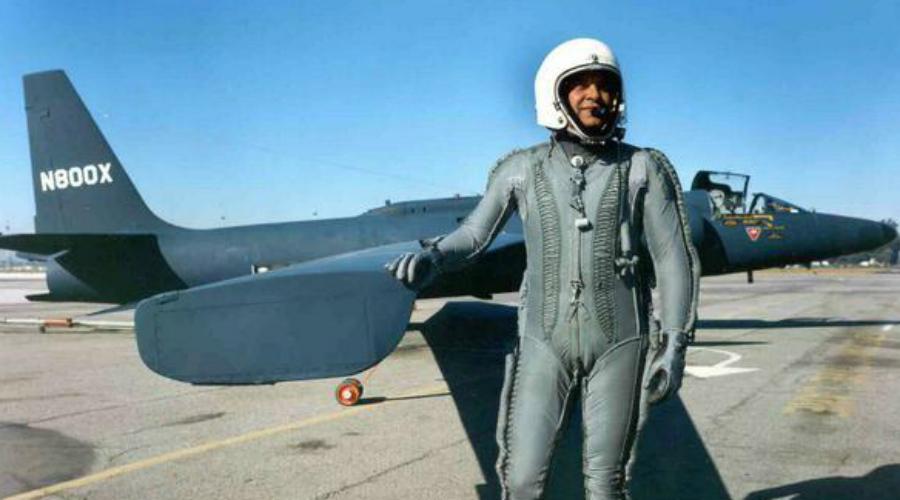 Падение ПауэрсаВо время холодной войны американские самолеты-шпионы U-2 долгое время оставались недосягаемы для советских ПВО. Летчики наглели и вот 1 мая 1960 года один из самолетов советские пограничники взяли и сбили. Пилота, агента ЦРУ Френсиса Паурса, взяли в плен где он еще попытался рассказать о своей «мирной метеорологической миссии», но быстро раскололся, когда особисты КГБ обнаружили его самолет. Этот провал американской разведки прогремел на весь мир.