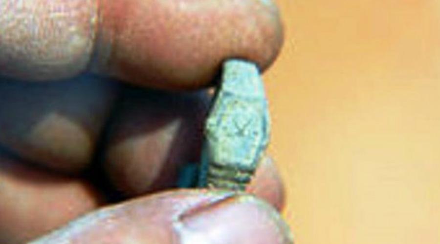 Часы из будущего Очередное доказательство существования путешествий во времени обнаружили китайские археологи, вскрывшие могилу императора Си Цин в 2008 году. В эти катакомбы никто не спускался целых сто лет и, тем не менее, при раскопках были обнаружены самые настоящие швейцарские часы. Эту находку не могут объяснить до сих пор.