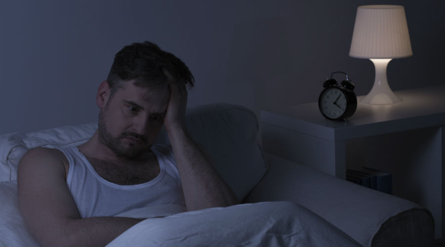 Неправильная поза Хроническая усталость, головные боли, изжога, шея или боль в спине, могут быть вызваны неправильным положением тела во сне. Не пожалейте денег на хороший матрас, он должен быть в меру твердым. Подушку выбирайте так, чтобы она поддерживала шею и голову, а не проваливалась под их весом. Идеально будет приучить себя спать на спине, но для этого потребуется какое-то время.