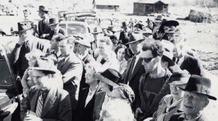 Хипстер-путешественник Поклонники теорий заговора очень любят этот снимок, называя его «неоспоримым доказательством существования машины времени». Фотография была сделана в 1941 году: человек в модных очках и современной футболке и в самом деле значительно отличается от людей в толпе. Может быть, он и в самом деле заглянул из будущего.