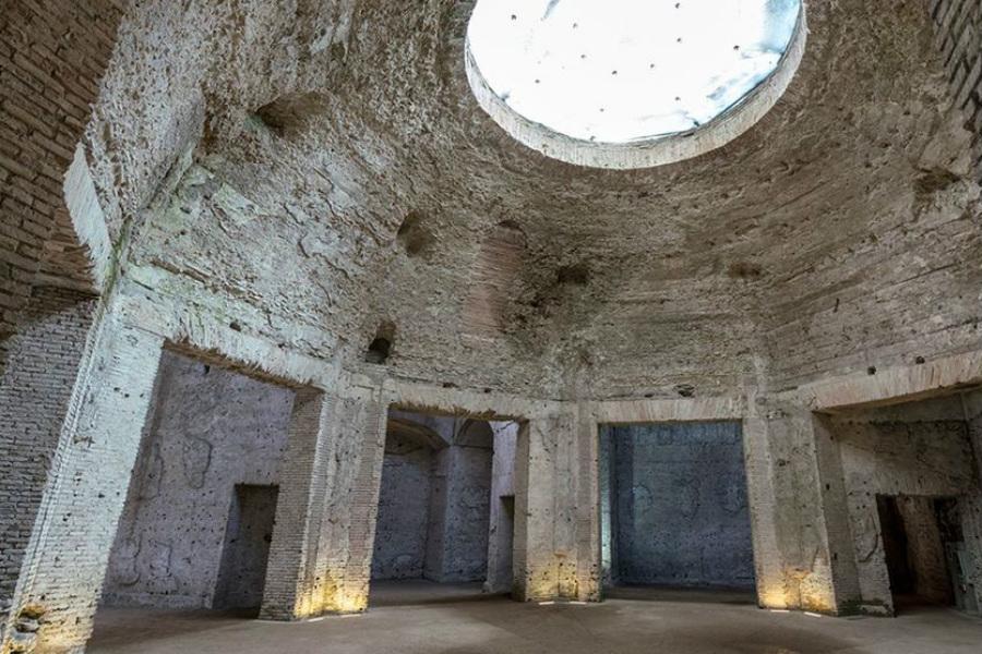 Золотой дом Нерона Настоящее В Европе никогда не было большей по площади резиденции монарха. Нерон строил с размахом: прихожая была такой высоты, что в ней с легкостью помещалась колоссальная статуя императора высотой в 36 метров.