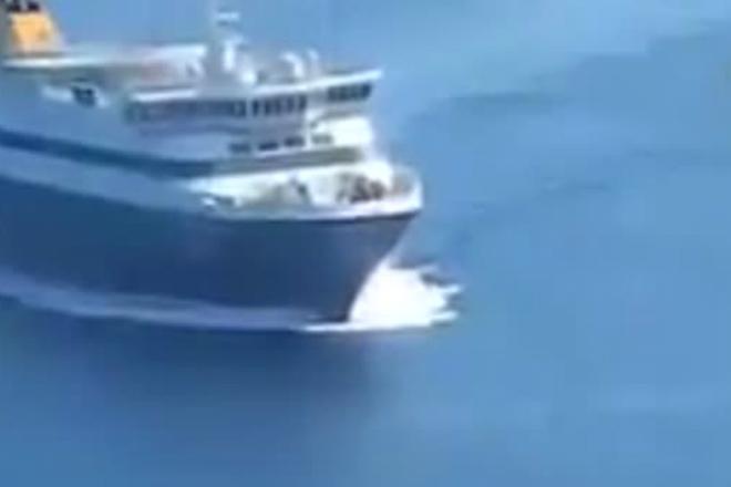 Экстремальный разворот океанского парома: капитан устроил дрифт на воде