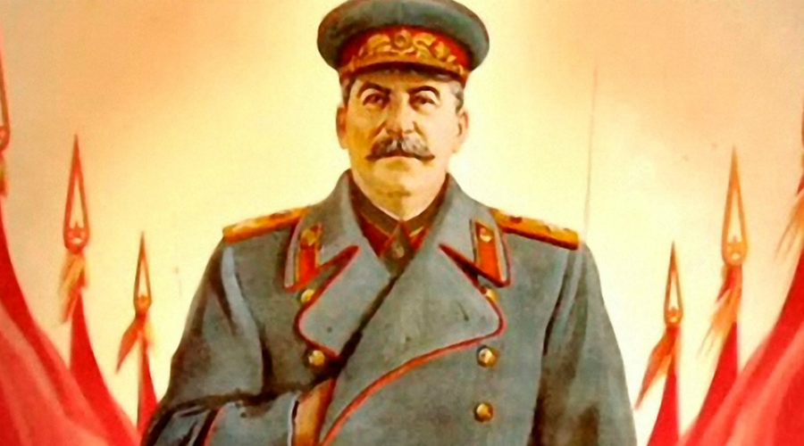 Без врачейУже находящегося при смерти Сталина решено было перенести в спальню. Прибыли ли врачи? Нет, их позвали лишь на следующий день. Прислуга сказала, что мол Иосиф Виссарионович просто спит, зачем же звать скорую. Эта странность до сих пор тревожит историков: согласитесь, отличить спящего человека от человека с кровоизлиянием в мозг можно и без медицинского образования.