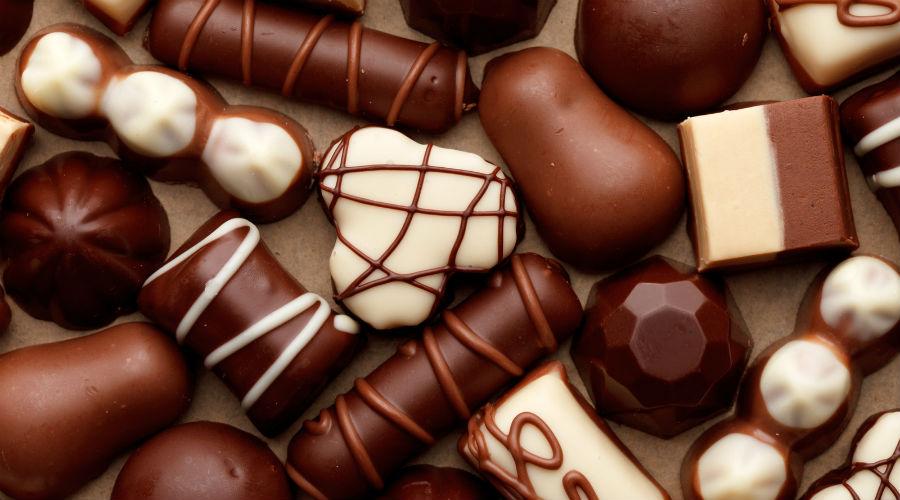 Конфеты Вообще-то, лучше будет и вовсе отказаться от сахара в любой форме. Доклад, опубликованный в прошлом году журналом JAMA Internal Medicine говорит, что постоянное употребление сахара (даже в небольших количествах) приводит не только к диабету и ожирению, но и сердечным проблемам. Проблема в том, что очень многие люди часто пьют содовую, вроде кока-колы и не воспринимают ее как сладкое — это же напиток! Притом, содержание сахара в подобных продуктах превышает все мыслимые пределы.