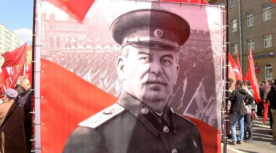 Версия с отравлением По одной из версий (и в принципе, вполне достоверной) никакого инсульта у Сталина не было. 28 февраля состоялся крупный банкет, где кроме самого вождя был Хрущев и был Берия. Еще вечером Сталин чувствовал себя прекрасно и вовсе не был похож на человека, которому грозит кровоизлияние. Некоторые историки полагают, что именно из-за отравления врачей не вызывали так долго — давали время яду раствориться полностью.