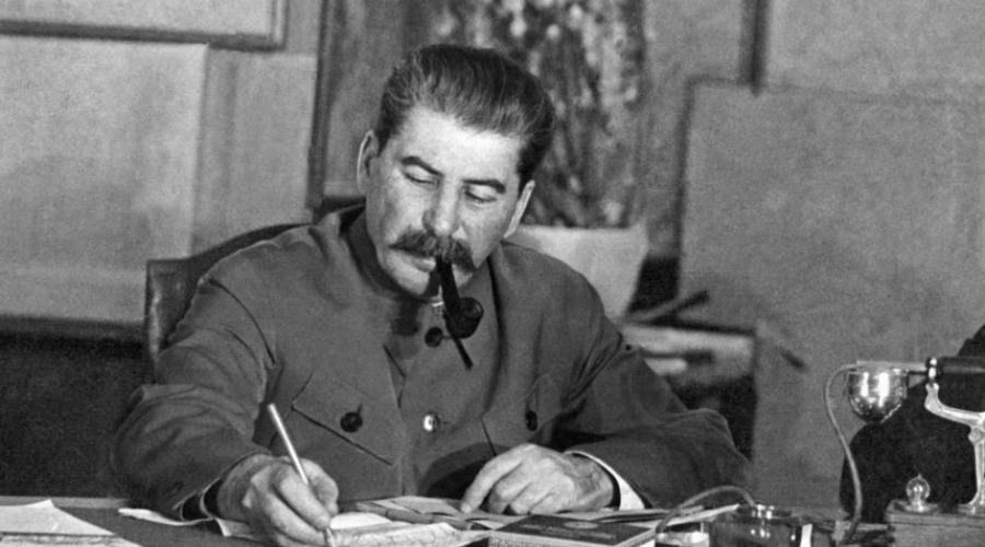 Тишина телефоновИ еще одна странность. 1 марта Аллилуева пыталась дозвониться до отца по одному из трех секретных телефонов. Все три линии были заняты весь день, а пользовался ими только Сталин. Не мог же он, в самом деле, одновременно говорить по трем телефонам!
