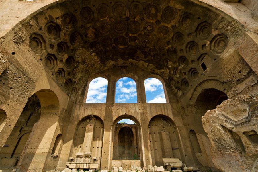 Базилика Максенция Настоящее Даже для древнеримского имперского размаха здание Базилики было грандиозно. Колоссальная площадь нефа превышала 400 квадратных метров, стены уходили вверх на 40 метров.