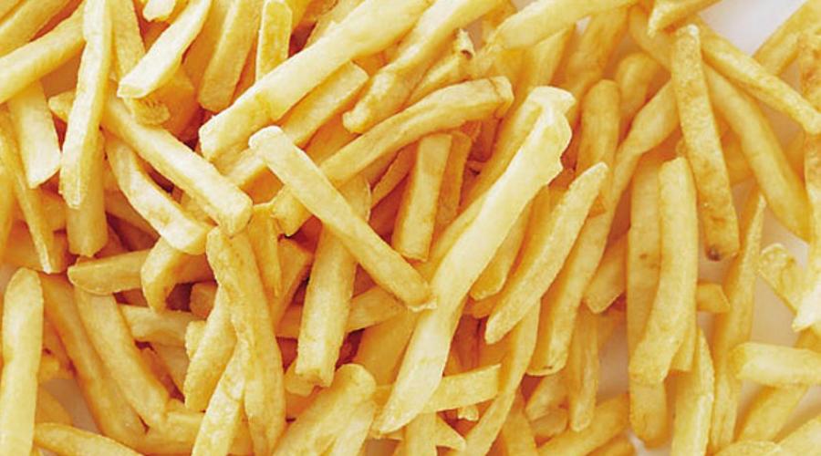 Продукты глубокой прожарки Сразу несколько исследований напрямую связывают потребление жареной пищи (картофель фри, жареный цыпленок и прочие аналогичные снэки) с повышенным риском сердечных заболеваний. Транс-жиры приводят к значительному росту уровня плохого холестерина, притом очень быстро.