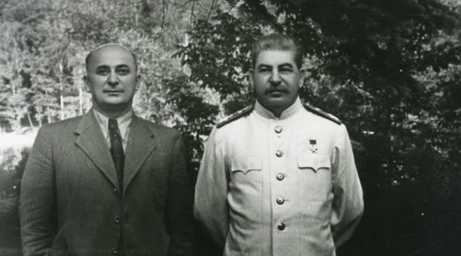 Страшный диагноз И да, именно кровоизлияние в мозг диагностировали прибывшие слишком поздно врачи. Вся правая половина тела Сталина отнялась сразу же. Всемогущий человек в долю минуты превратился в немощного старца. Так прошло еще 4 дня и только вечером 5 марта Иосиф Виссарионович Сталин скончался.