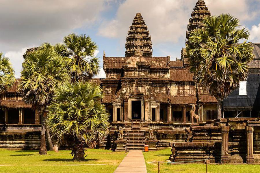 Ангкор-Ват Настоящее Строительство крупнейшего религиозного сооружения Азии шло целых тридцать лет. Великий Ангкор-Ват все еще остается местом паломничества миллионов туристов.