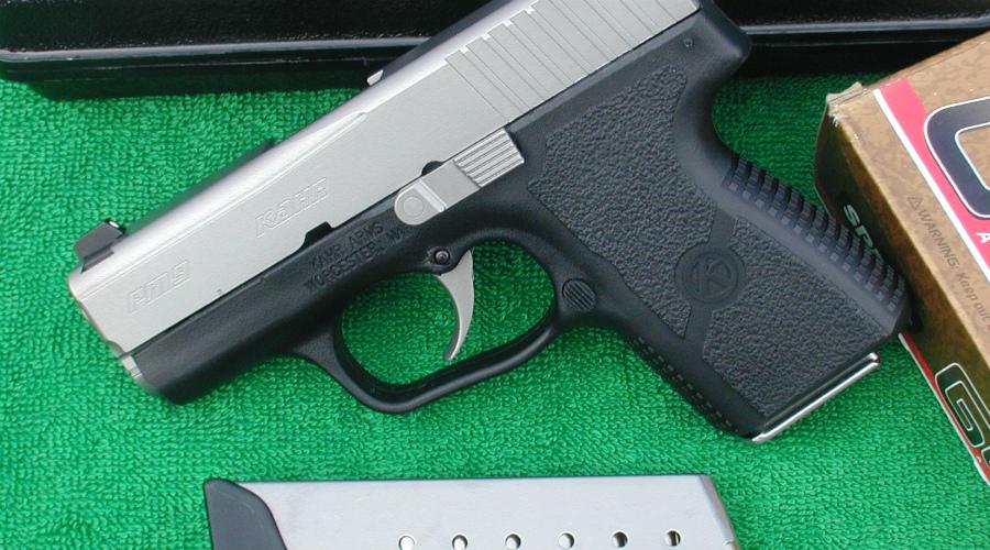 Kahr PM9 Компактная и даже изящная машинка, удобно лежащая в руке. Производитель дает возможность выбрать комплектацию оружия: можно установить модифицированный прицел и более емкий магазин.