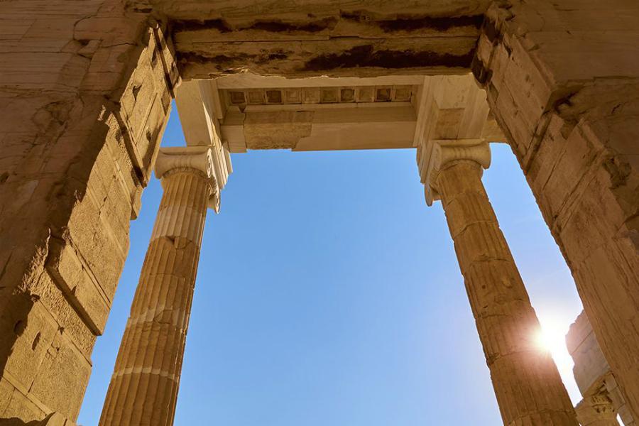 Парфенон Настоящее Руины одного из чудес света и сегодня выглядят величественно. Парфенон был построен в середине V века, но некоторые из использованных при строительстве техник применяют даже современные архитекторы.