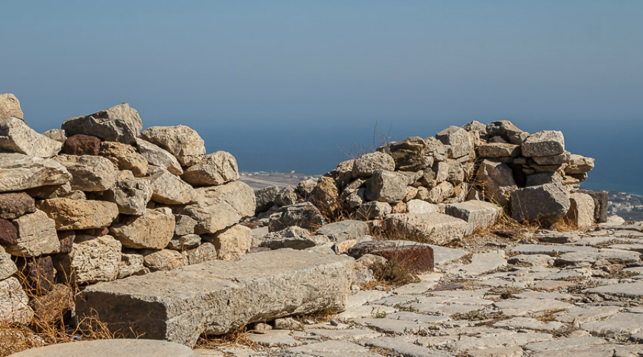 Прообраз Атлантиды Речь идет, если вы еще не догадались раньше, о великой крито-минойской цивилизации. Существовала она с 2700 по 1400 года до нашей эры — минойцы прославились великими дворцами-крепостями, где была даже канализация. Жители Крита умели плавить бронзу и торговали с Египтом, активно развивали письменность и культуру: сейчас историки считают, что именно эта цивилизация и стала прообразом легендарной Атлантиды.