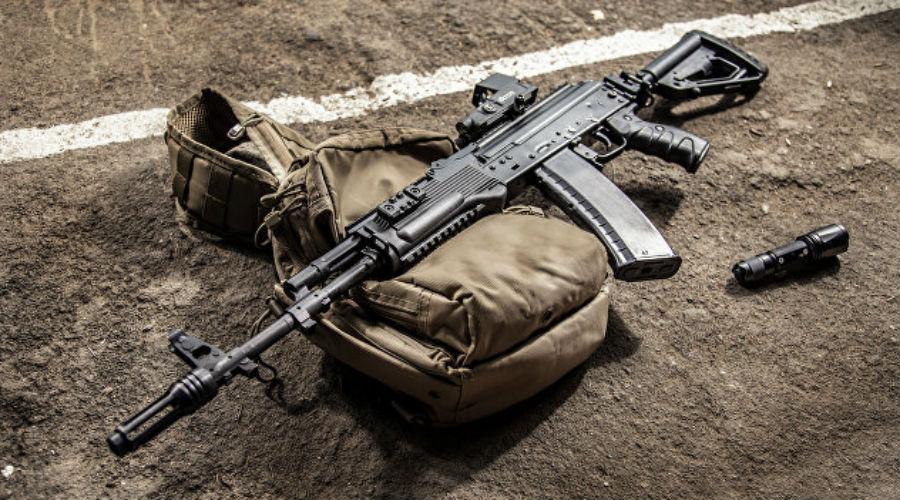 АК-74М И на первое место западные специалисты ставят российский АК-74М. Автоматический штурмовой карабин действительно на голову превосходит и немецкие и американские винтовки. Он более мощный и что еще важнее в условиях боя — более надежный.