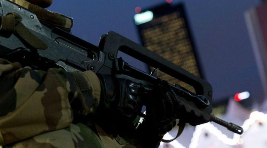 FAMAS Штурмовая винтовка FAMAS также создана по компоновке булл-пап. Для питания F1 использует 25-зарядные коробчатые прямые магазины с отверстиями для визуального контроля за количеством оставшихся патронов. Винтовка штатно комплектуетсяштык-ножом, крепящимся над стволом. Удачная, в целом, конструкция сейчас признана несколько устаревшей. Франция готовится перевооружится немецкими НК416.