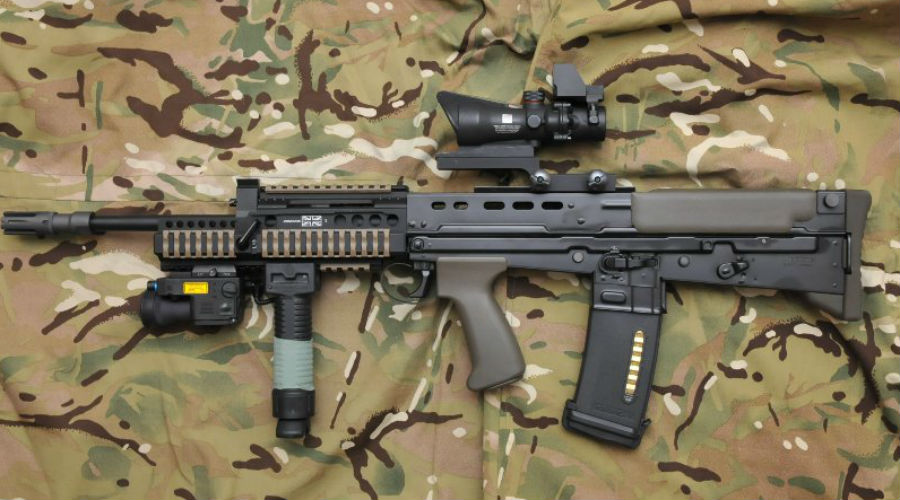 SA80A2 Британский стрелковый комплекс SA80 был разработан еще в середине 1980-х годов. И только в 2000-м потребовалось провести глубокую модернизацию, за которую взялись специалистыHeckler & Koch. В результате английская армия получила одну из лучших штурмовых винтовок современности, созданных по схеме булл-пап.