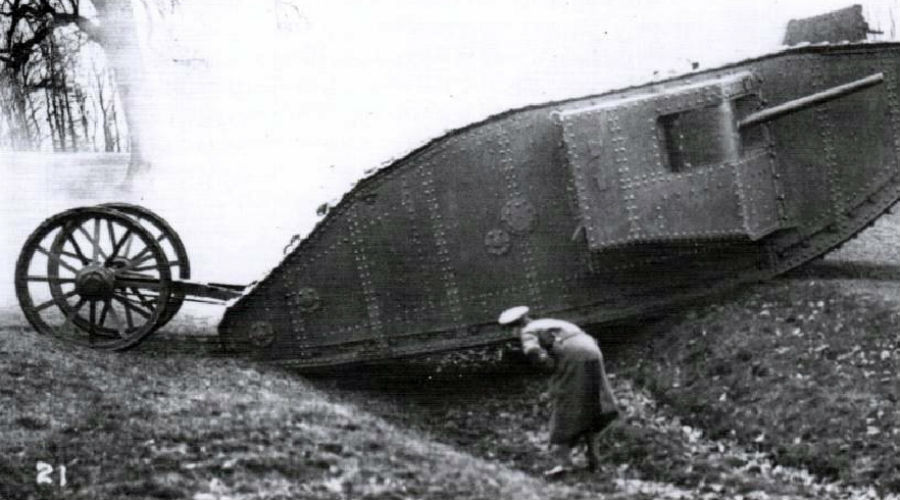 Mark I Впервые в истории человечества на поле боя вышли бронированные звери. Британский Mark I появился в 1916 году и стал настолько очевидно мощной силой, что его аналог создали сначала немцы, а затем и французы.