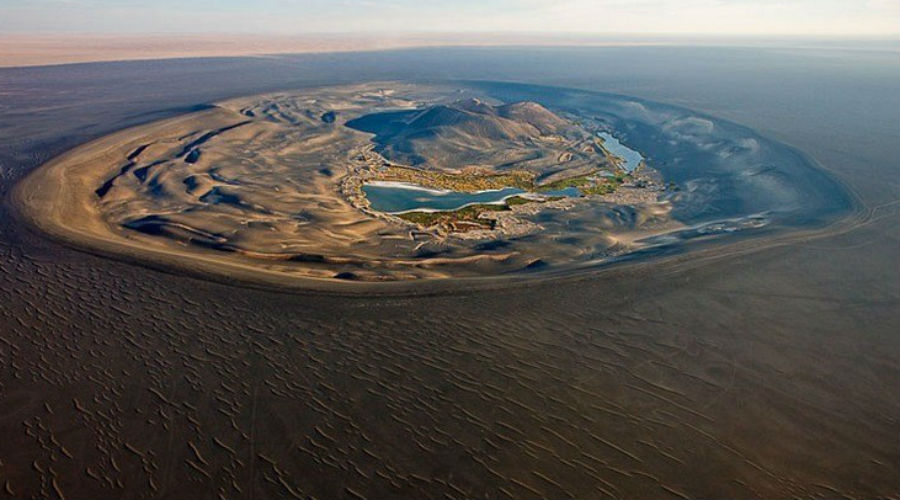 Неспокойный континент Орландо Сантос, французский исследователь, полагает, что так все и произошло. Тот самый город-государство сначала ушел под толщу вод Атлантического океана, но затем вся местность поднялась вверх. Вообще-то, это не такая уж фантастичная теория, какой на первый взгляд кажется. Геологи и в самом деле доказали, что именно в Северной Африке тектонические процессы несколько раз меняли облик всего континента.