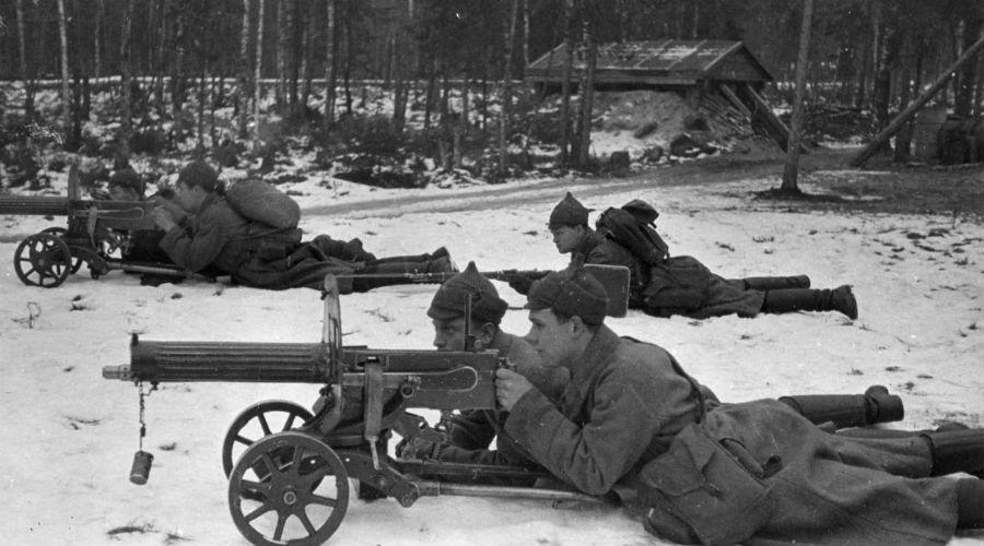 Пулемет Максима Станковый пулемет британский оружейник создал еще в 1883 году. Ему суждено было стать одним из главных автоматических орудий Первой мировой войны. Да что там, несмотря на устаревшую конструкцию пулемет Максима можно встретить в горячих точках и в наши дни.