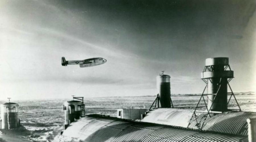Прикрытие Первым делом отстроили исследовательский центр. Конечно, это было всего лишь прикрытие: вниз ушли первые тоннели, заложены были первые ракетные комплексы. Уже в то время на территории Гренландии разместили примерно 600 ядерных зарядов.