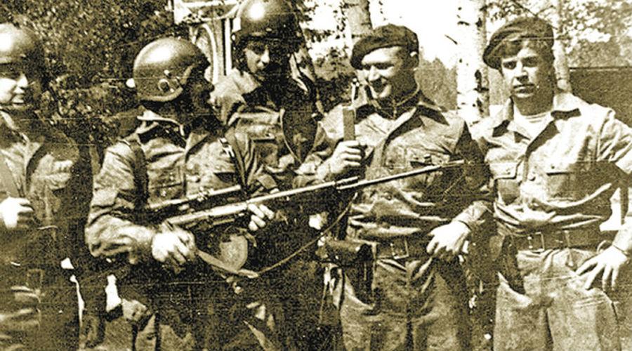 Испытание боем Бунт в Венгрии стоил СССР 7 тысяч солдат и офицеров, венгров погибло около 25 тысяч. Волнения в Чехословакии решено было купировать другим способом. 20 августа 1968 года советский самолет обманом выгрузил отряд спецназа, моментально захвативший вышку. Одновременно в бой ринулись другие группы, заблаговременно и скрытно переведенных в Прагу. Спецназовцам потребовалось около 4 часов, чтобы взять под контроль теле- и радиоцентры, подчинены были и редакции крупных газет.