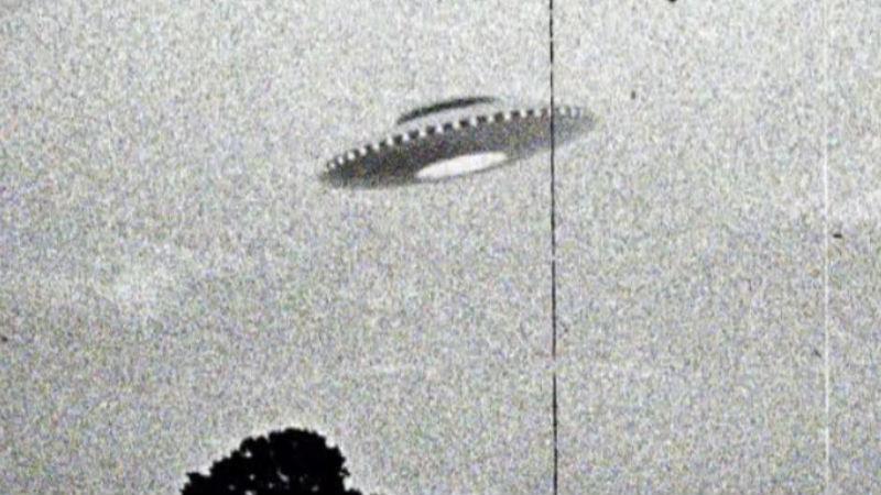 Инопланетное вторжение Первую «инопланетную» программу американцы начали в 1948 году, после знаменитого Розуэлльского инцидента. Особая группа проекта была сформирована еще годом ранее. Гражданский пилот Кеннет Арнольд сообщил о неопознанных объектах, пролетевших на огромной скорости. Военные летчики и персонал нескольких авиабаз информацию Арнольда подтвердили — ВВС оказались просто обязаны начать расследование.