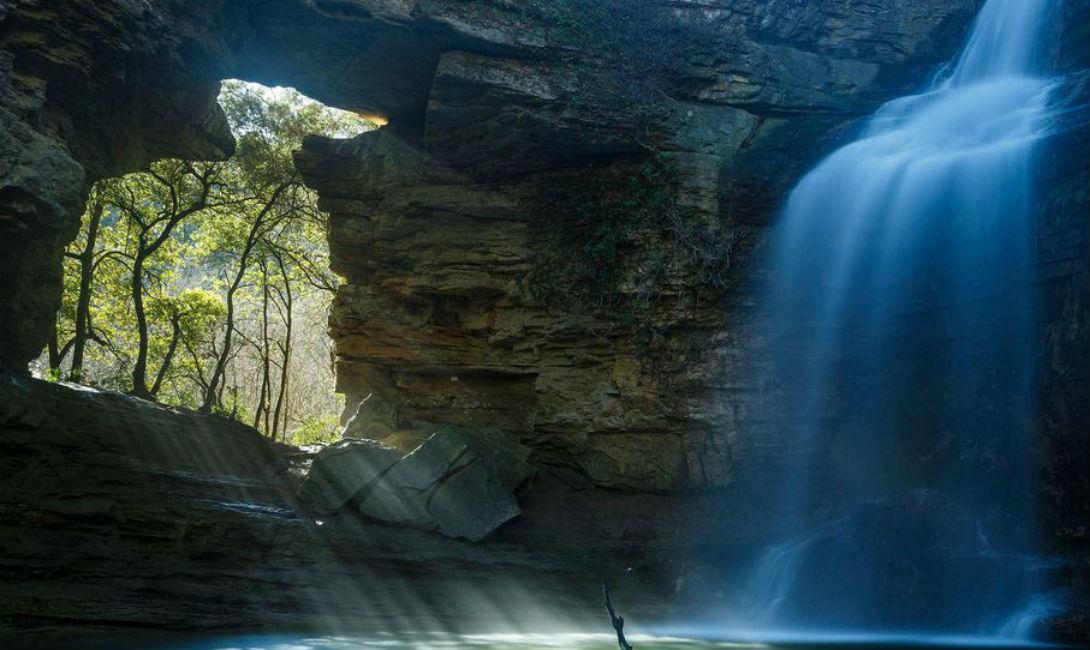 Раскрашенный водопад Эдуардо Бланко Когда солнце пробивается сквозь дыру в скале у подножия водопада Ла Форадада в Каталонии, Испания, лучи света падают вниз сквозь воду. Брызги набирают цвета, будто под кистью художника, рисующего волшебную картину.