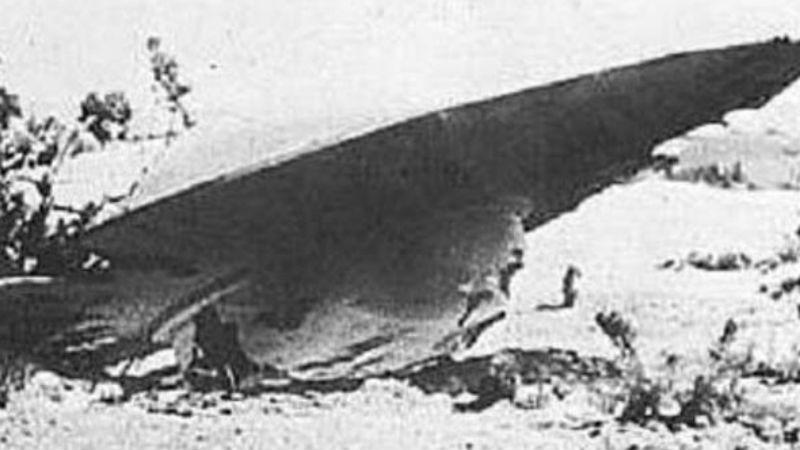 Зеленые человечки Несколько месяцев позднее пилоты учебного Lockheed T-33 зафиксировали объект, передвигающийся со скоростью в 1,1 тысяч километров в час. Храбрые асы в один голос уверяли: мимо них «просвистела» классическая летающая тарелка. Итог расследования получился тем же: пилотам никто не поверил.