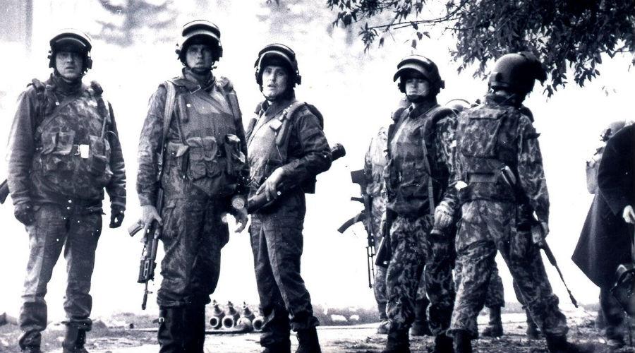 Командование и цели Командование армии не имело права руководить спецротами. Бригады и батальоны подчинялись исключительно генштабу ГРУ. В случае начала настоящей войны (а в те годы мир балансировал на грани ядерной катастрофы), бригады спецназа должны были автономно атаковать заранее поставленные цели далеко за линией фронта. Тоннели, склады боеприпасов, мосты, ядерное оружие.