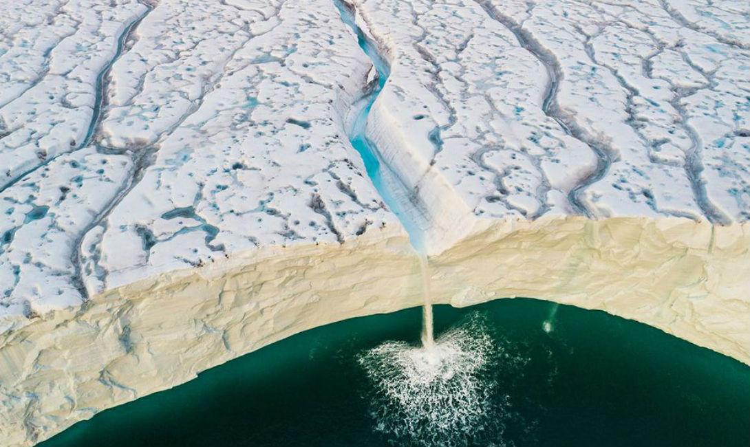 Лед и вода Одун Ли Даль Ледник Bråsvellbreen движется на юг от одной из ледяных шапок, покрывающих архипелаг Шпицберген. Там, где он встречается с океаном, стена становится настолько высока, что видны лишь водопады.