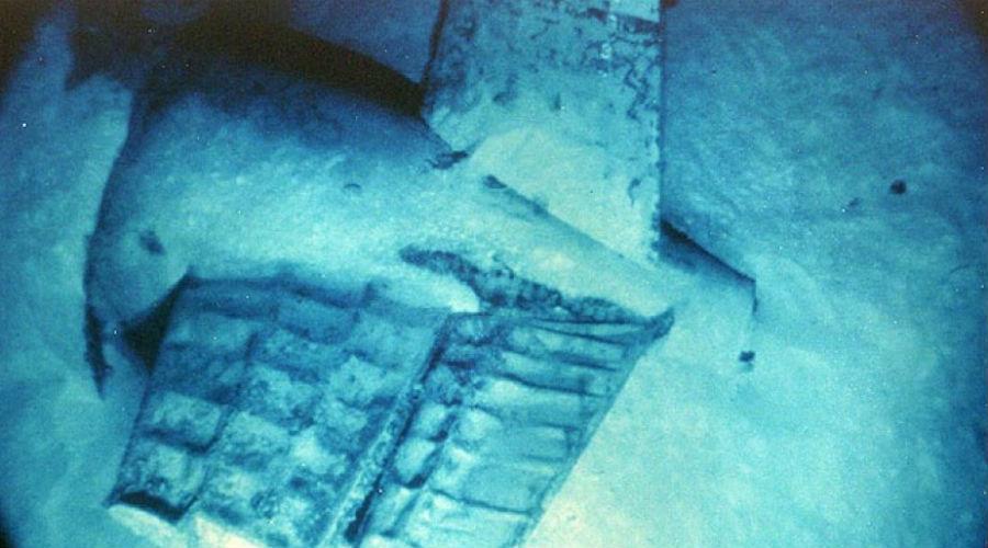 Резня под водой Ни одна из существующих теорий до сих пор не объясняет, что случилось на самом деле. Но конспирологи утверждают, что СССР сумели обнаружить и потопить субмарину каким-то неизвестным оружием. «Скорпион» — лодка на ту пору достаточно продвинутая. Найти, а уж тем более затопить ее силами одного эсминца было действительно нереально.