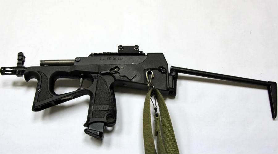 ПП-2000 Еще один пистолет-пулемет, на сей раз под 9-мм патрон, создавался специально для подразделений МВД, работающих в городских условиях. Эффективная дальность стрельбы в 100 метров и коробчатый магазин на 44 патрона делают ПП-2000 одним из лучших типов личного оружия российских полицейских.