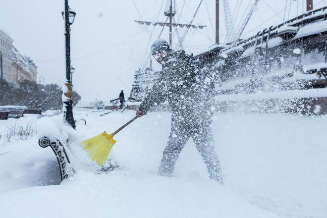 Снежный поезд спутал все планы дворнику