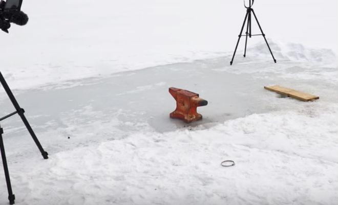 Бросили раскаленную наковальню на толстый лед озера