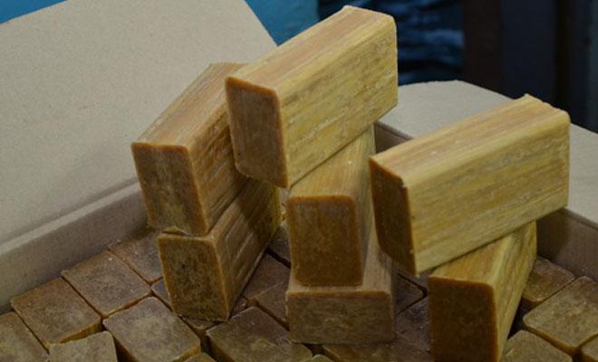 Раздражение кожи Раздражение от бритья постоянный спутник почти у всех, независимо где происходит бритье. Конечно, можно потратиться на дорогой увлажняющий гель, а можно просто взять кусок хозяйственного мыла — результат почти идентичный.