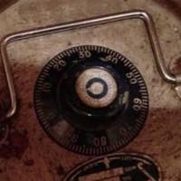 Коврик на полу старого дома лежал не просто так: долгие годы под ним прятали сейф