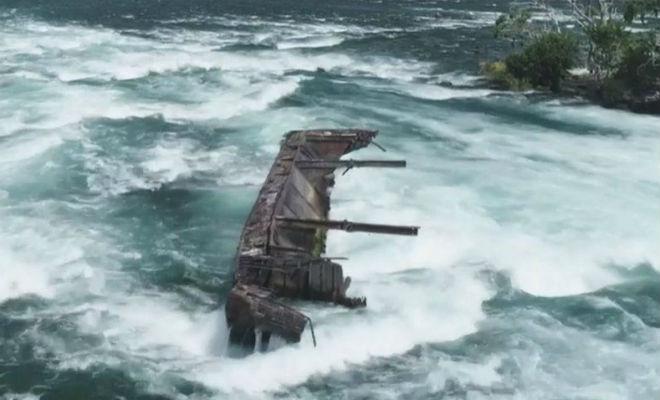 Ржавая баржа-призрак ползет в Ниагарский водопад