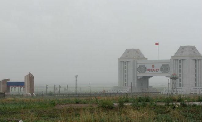 Слева российский КПП, справа Китайский