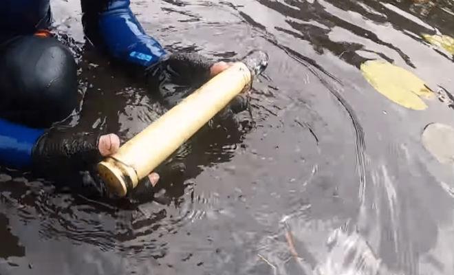 Тяжелые коробки со дна болота: черные копатели поднимали находку из последних сил