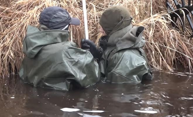 Черные копатели закинули магнит в Железную реку: тащить подводный схрон пришлось вдвоем