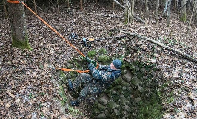 Тайник в лесу: черный копатель спустился в яму под камнем