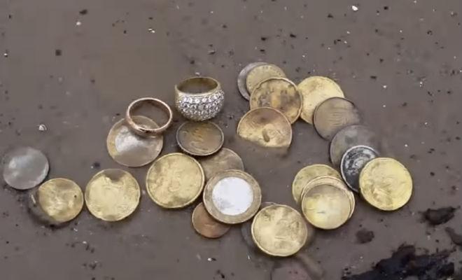 Золотые кольца на пляже: случайная удача копателя