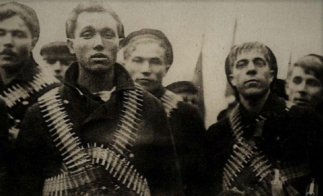 Пулеметные ленты революционных матросов: зачем моряки обвязывались патронтажами