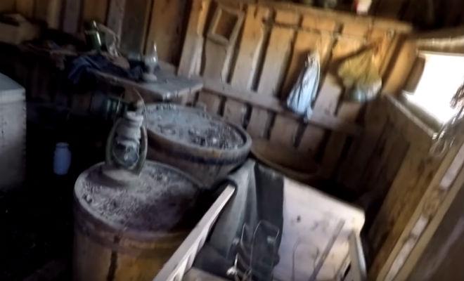 Заброшенный дом охотника в чаще леса: черный копатель достал монеты